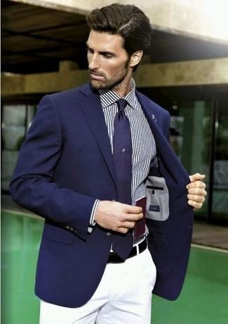 dunkelblaues Sakko, dunkelblaues vertikal gestreiftes Langarmhemd, weiße Chinohose, dunkelblaue Krawatte für Herren