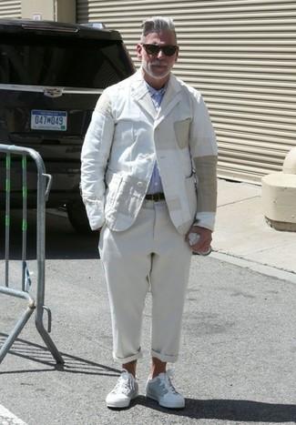 Nick Wooster trägt weißes Leinen Sakko, hellblaues Langarmhemd, hellbeige Leinen Chinohose, weiße niedrige Sneakers