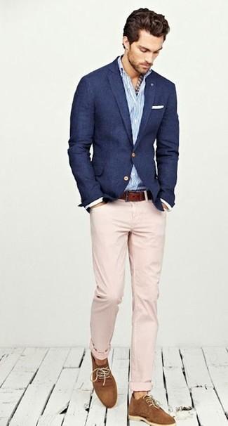 Wie kombinieren: dunkelblaues Sakko, weißes und blaues vertikal gestreiftes Langarmhemd, hellbeige Chinohose, rotbraune Wildleder Derby Schuhe