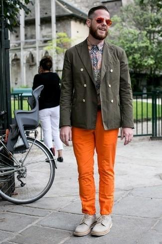Wie kombinieren: olivgrünes Baumwollsakko, mehrfarbiges Langarmhemd mit Paisley-Muster, orange Chinohose, graue Segeltuch Derby Schuhe