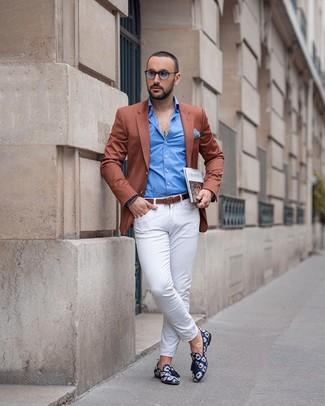 Wie kombinieren: rotbraunes Sakko, blaues Langarmhemd, weiße Chinohose, dunkelblaue bedruckte Segeltuch Slipper mit Quasten