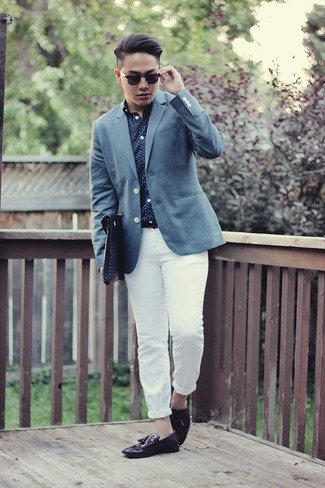 Wie kombinieren: blaues Sakko, dunkelblaues und weißes gepunktetes Langarmhemd, weiße Chinohose, dunkellila Leder Slipper mit Quasten