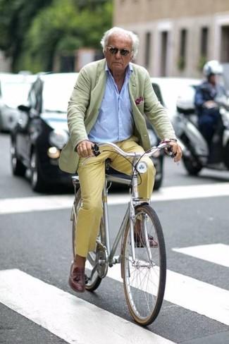 Wie kombinieren: mintgrünes Sakko, hellblaues Langarmhemd, gelbe Chinohose, dunkelbraune Leder Slipper mit Quasten