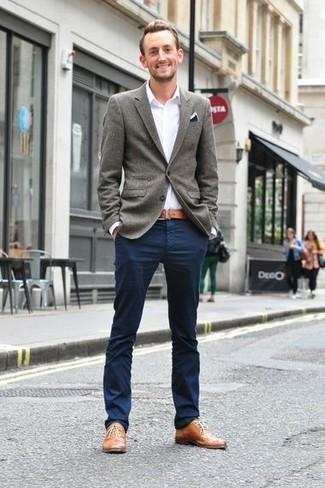graues Wollsakko, weißes Langarmhemd, dunkelblaue Chinohose, beige Leder Oxford Schuhe für Herren