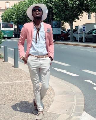 Weißen Strohhut kombinieren: trends 2020: Ein rosa Sakko und ein weißer Strohhut sind eine perfekte Outfit-Formel für Ihre Sammlung. Wählen Sie hellbeige Wildleder Slipper mit Quasten, um Ihr Modebewusstsein zu zeigen.