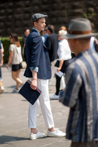 Wie kombinieren: dunkelblaues Sakko, weißes und dunkelblaues Langarmhemd mit Vichy-Muster, weiße Chinohose, weiße Leder niedrige Sneakers