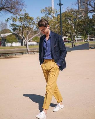 Wie kombinieren: dunkelblaues Sakko, dunkelblaues Chambray Langarmhemd, gelbe Chinohose, weiße Leder niedrige Sneakers