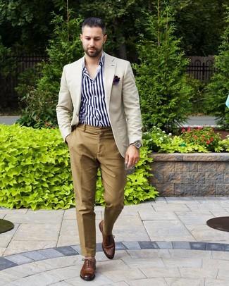 Wie kombinieren: hellbeige Sakko, weißes und dunkelblaues vertikal gestreiftes Langarmhemd, beige Chinohose, braune Leder Oxford Schuhe