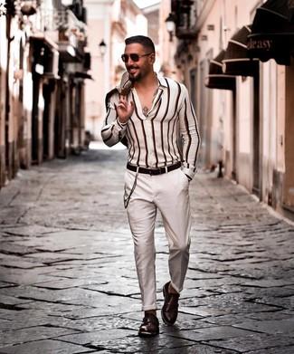 Weißes vertikal gestreiftes Langarmhemd kombinieren: Vereinigen Sie ein weißes vertikal gestreiftes Langarmhemd mit einer weißen Chinohose für ein sonntägliches Mittagessen mit Freunden. Fühlen Sie sich mutig? Komplettieren Sie Ihr Outfit mit dunkelbraunen Doppelmonks aus Leder.