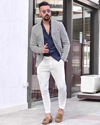 Weißes vertikal gestreiftes Sakko kombinieren: trends 2020: Kombinieren Sie ein weißes vertikal gestreiftes Sakko mit einer weißen Chinohose für Drinks nach der Arbeit. Machen Sie Ihr Outfit mit beige Wildleder Slippern mit Quasten eleganter.