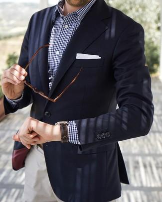 Wie kombinieren: dunkelblaues Sakko, dunkelblaues und weißes Langarmhemd mit Vichy-Muster, weiße Chinohose, weißes Einstecktuch
