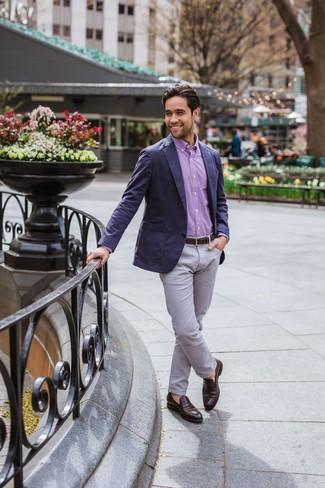 Wie kombinieren: dunkelblaues Sakko, lila Langarmhemd mit Vichy-Muster, graue Chinohose, dunkelbraune Leder Slipper