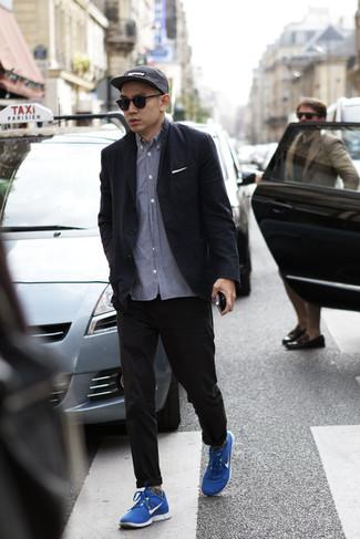 Dunkelgraue Socken kombinieren: trends 2020: Für ein bequemes Couch-Outfit, kombinieren Sie ein schwarzes Sakko mit dunkelgrauen Socken. Dieses Outfit passt hervorragend zusammen mit blauen Sportschuhen.