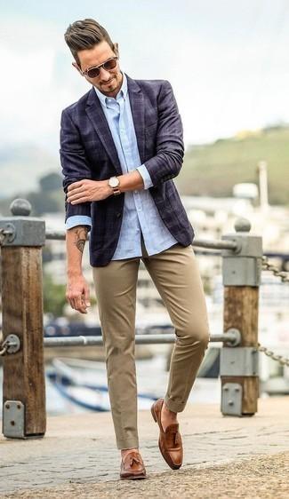 Braune Leder Slipper mit Quasten kombinieren: trends 2020: Erwägen Sie das Tragen von einem dunkelblauen Sakko mit Schottenmuster und einer beige Chinohose, wenn Sie einen gepflegten und stylischen Look wollen. Entscheiden Sie sich für braunen Leder Slipper mit Quasten, um Ihr Modebewusstsein zu zeigen.