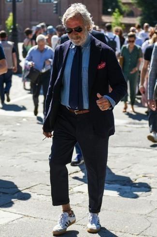 Dunkelblaues Sakko kombinieren: trends 2020: Die Paarung aus einem dunkelblauen Sakko und einer dunkelblauen Chinohose ist eine großartige Wahl für einen Tag im Büro. Fühlen Sie sich ideenreich? Vervollständigen Sie Ihr Outfit mit weißen und dunkelblauen Leder niedrigen Sneakers.