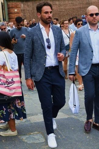 Dunkelblaue Sonnenbrille kombinieren: trends 2020: Entscheiden Sie sich für Komfort in einem dunkelblauen Tweed Sakko und einer dunkelblauen Sonnenbrille. Weiße niedrige Sneakers putzen umgehend selbst den bequemsten Look heraus.