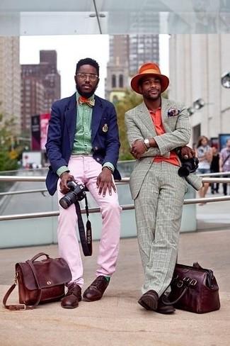 Wie kombinieren: dunkelblaues Sakko, grünes Langarmhemd, rosa Chinohose, dunkelrote Leder Derby Schuhe