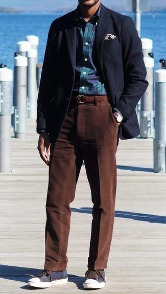 Dunkelblaues und grünes Langarmhemd mit Schottenmuster kombinieren – 110 Smart-Casual Herren Outfits: Paaren Sie ein dunkelblaues und grünes Langarmhemd mit Schottenmuster mit einer braunen Cord Chinohose für ein großartiges Wochenend-Outfit. Dunkelblaue Segeltuch niedrige Sneakers sind eine kluge Wahl, um dieses Outfit zu vervollständigen.
