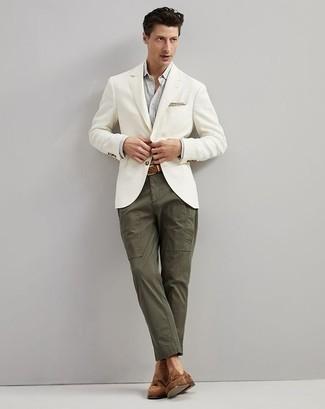 Braune Wildleder Slipper mit Quasten kombinieren: trends 2020: Entscheiden Sie sich für ein weißes Sakko und eine olivgrüne Chinohose für Ihren Bürojob. Fühlen Sie sich mutig? Vervollständigen Sie Ihr Outfit mit braunen Wildleder Slippern mit Quasten.