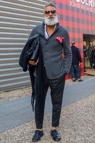Dunkelgraue Wollchinohose kombinieren: trends 2020: Die Paarung aus einem grauen Wollsakko und einer dunkelgrauen Wollchinohose ist eine großartige Wahl für einen Tag im Büro. Wählen Sie dunkelblauen Leder Derby Schuhe, um Ihr Modebewusstsein zu zeigen.