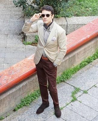 Dunkelbraune Wildleder Oxford Schuhe kombinieren: trends 2020: Erwägen Sie das Tragen von einem hellbeige Sakko und einer braunen Chinohose für Ihren Bürojob. Wählen Sie dunkelbraunen Wildleder Oxford Schuhe, um Ihr Modebewusstsein zu zeigen.