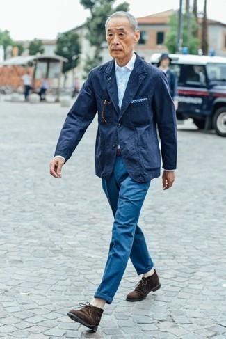 Weißes Langarmhemd kombinieren: trends 2020: Vereinigen Sie ein weißes Langarmhemd mit einer blauen Chinohose für einen bequemen Alltags-Look. Dunkelbraune Chukka-Stiefel aus Wildleder sind eine kluge Wahl, um dieses Outfit zu vervollständigen.