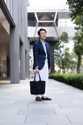 20 Jährige: Dunkelblaue Shopper Tasche aus Segeltuch kombinieren: trends 2020: Für ein bequemes Couch-Outfit, kombinieren Sie ein dunkelblaues Sakko mit einer dunkelblauen Shopper Tasche aus Segeltuch. Fühlen Sie sich mutig? Komplettieren Sie Ihr Outfit mit dunkelgrauen Wildleder Mokassins.