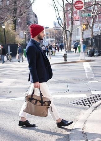 Schwarze Leder Oxford Schuhe kombinieren: trends 2020: Erwägen Sie das Tragen von einem dunkelblauen Sakko und einer weißen Chinohose, um einen eleganten, aber nicht zu festlichen Look zu kreieren. Vervollständigen Sie Ihr Outfit mit schwarzen Leder Oxford Schuhen, um Ihr Modebewusstsein zu zeigen.
