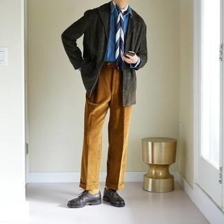 Rotbraune Cord Chinohose kombinieren – 44 Herren Outfits: Kombinieren Sie ein dunkelgraues Cordsakko mit einer rotbraunen Cord Chinohose, wenn Sie einen gepflegten und stylischen Look wollen. Setzen Sie bei den Schuhen auf die klassische Variante mit dunkelbraunen Leder Derby Schuhen.