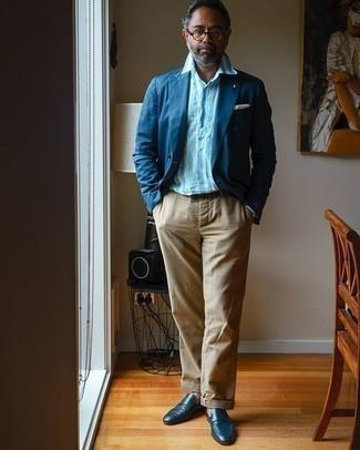 50 Jährige: Hellblaues vertikal gestreiftes Langarmhemd kombinieren – 16 Herren Outfits: Paaren Sie ein hellblaues vertikal gestreiftes Langarmhemd mit einer beige Chinohose für ein sonntägliches Mittagessen mit Freunden. Schalten Sie Ihren Kleidungsbestienmodus an und machen dunkelblauen Leder Slipper zu Ihrer Schuhwerkwahl.