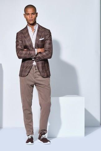 Herren Outfits 2020: Entscheiden Sie sich für ein braunes Sakko mit Schottenmuster und eine beige Chinohose, wenn Sie einen gepflegten und stylischen Look wollen. Wenn Sie nicht durch und durch formal auftreten möchten, ergänzen Sie Ihr Outfit mit dunkelbraunen Sportschuhen.