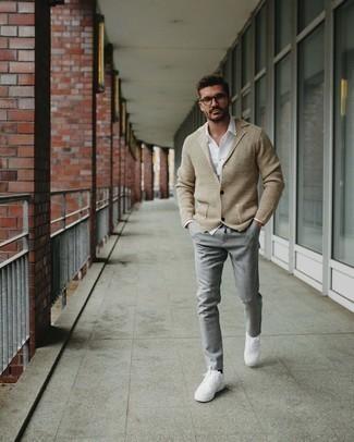Weiße Leder niedrige Sneakers kombinieren – 500+ Herren Outfits: Erwägen Sie das Tragen von einem beige Strick Sakko und einer grauen Chinohose, um einen modischen Freizeitlook zu kreieren. Fühlen Sie sich mutig? Wählen Sie weißen Leder niedrige Sneakers.