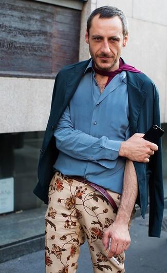 Lila Schal kombinieren: trends 2020: Für ein bequemes Couch-Outfit, entscheiden Sie sich für ein dunkelblaues Baumwollsakko und einen lila Schal.