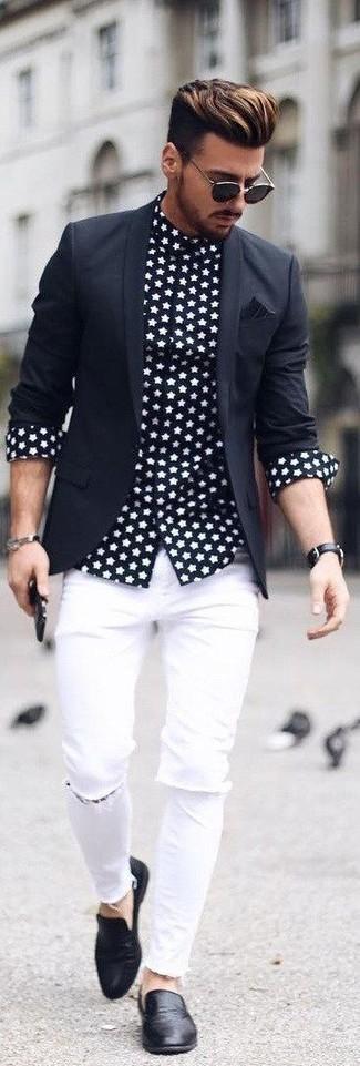 Wie kombinieren: schwarzes Sakko, schwarzes und weißes Langarmhemd mit Sternenmuster, weiße enge Jeans mit Destroyed-Effekten, schwarze Leder Slipper