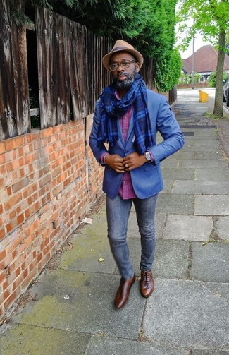Wie kombinieren: blaues Sakko, fuchsia Langarmhemd mit Karomuster, dunkelblaue enge Jeans, braune Leder Oxford Schuhe