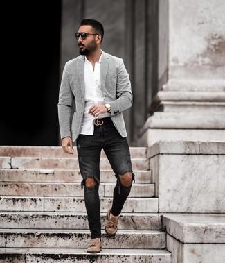 Weißes vertikal gestreiftes Sakko kombinieren: trends 2020: Ein weißes vertikal gestreiftes Sakko und schwarze enge Jeans mit Destroyed-Effekten vermitteln eine sorglose und entspannte Atmosphäre. Setzen Sie bei den Schuhen auf die klassische Variante mit braunen Wildleder Slippern mit Quasten.