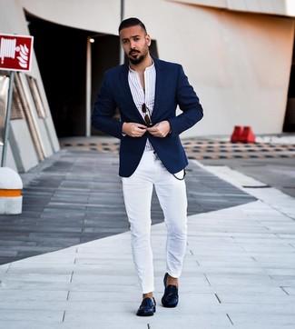 Weißes vertikal gestreiftes Langarmhemd kombinieren: Halten Sie Ihr Outfit locker mit einem weißen vertikal gestreiften Langarmhemd und weißen engen Jeans. Heben Sie dieses Ensemble mit dunkelblauen Leder Slippern hervor.