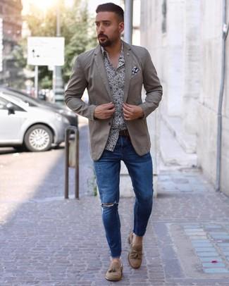 hellbeige Sakko, weißes und dunkelblaues Langarmhemd mit Blumenmuster, blaue enge Jeans mit Destroyed-Effekten, beige Wildleder Slipper mit Quasten für Herren