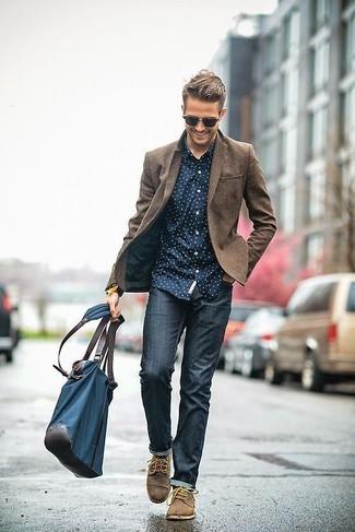 braunes Wollsakko, dunkelblaues und weißes gepunktetes Langarmhemd, dunkelblaue enge Jeans, braune Wildleder Derby Schuhe für Herren