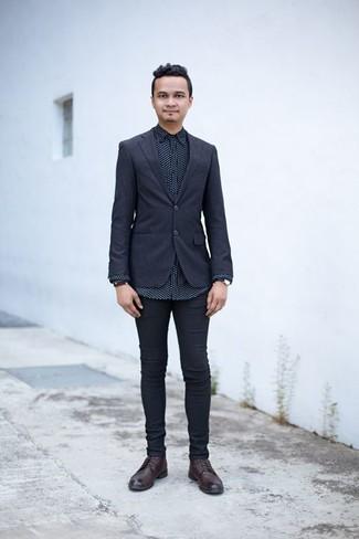 Dunkelblaues Sakko kombinieren: trends 2020: Kombinieren Sie ein dunkelblaues Sakko mit schwarzen engen Jeans, um mühelos alles zu meistern, was auch immer der Tag bringen mag. Eine dunkelrote Lederfreizeitstiefel bringen klassische Ästhetik zum Ensemble.