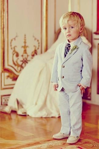 Wie kombinieren: hellblaues Sakko, weißes Langarmhemd, hellblaue Hose, weiße Slipper