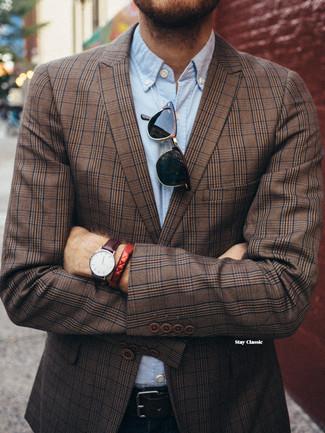 Wie kombinieren: braunes Sakko mit Schottenmuster, hellblaues Chambray Langarmhemd, dunkelblaue Jeans, schwarzer Ledergürtel