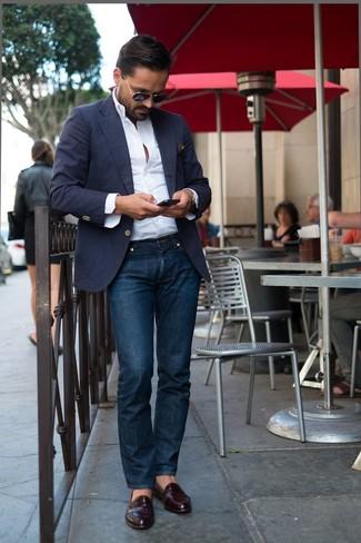dunkelblaues Sakko, weißes Langarmhemd, dunkelblaue Jeans, dunkelrote Leder Slipper für Herren