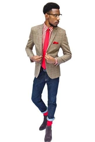 braunes Wollsakko mit Karomuster, rotes und weißes Langarmhemd mit Vichy-Muster, dunkelblaue Jeans, dunkelbraune Chelsea-Stiefel aus Wildleder für Herren