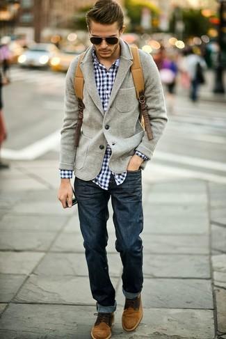 graues Wollsakko, dunkelblaues und weißes Langarmhemd mit Schottenmuster, dunkelblaue Jeans, braune Chukka-Stiefel aus Wildleder für Herren