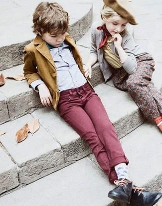 Wie kombinieren: senf Sakko, graues Langarmhemd, dunkelrote Jeans, schwarze Chukka-Stiefel