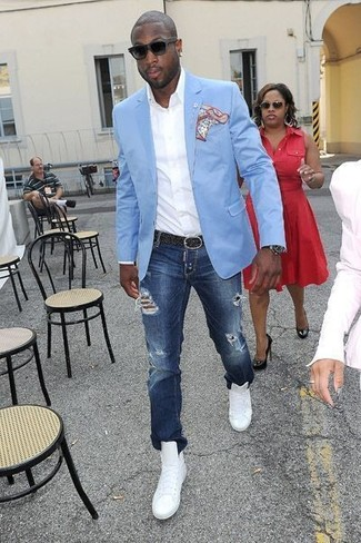 Wie kombinieren: hellblaues Sakko, weißes Langarmhemd, dunkelblaue Jeans mit Destroyed-Effekten, weiße hohe Sneakers aus Leder