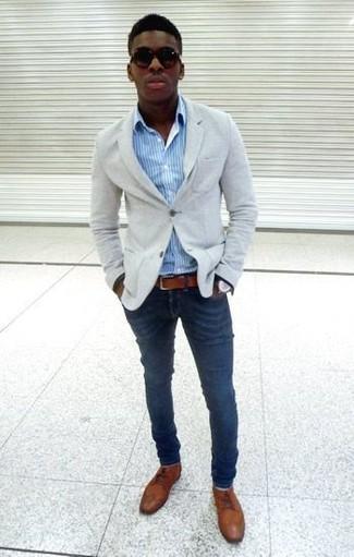 Hellblaues vertikal gestreiftes Langarmhemd kombinieren – 193 Herren Outfits: Kombinieren Sie ein hellblaues vertikal gestreiftes Langarmhemd mit dunkelblauen Jeans, um mühelos alles zu meistern, was auch immer der Tag bringen mag. Machen Sie Ihr Outfit mit braunen Leder Derby Schuhen eleganter.