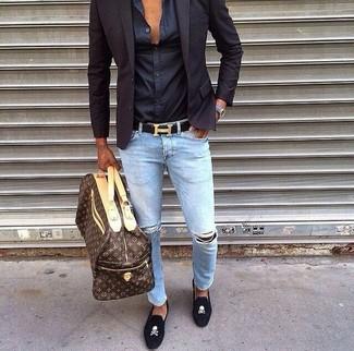 Braune Leder Reisetasche kombinieren: trends 2020: Für ein bequemes Couch-Outfit, kombinieren Sie ein schwarzes Sakko mit einer braunen Leder Reisetasche. Fühlen Sie sich mutig? Ergänzen Sie Ihr Outfit mit schwarzen bestickten Wildleder Slippern.