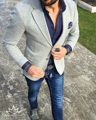 Perfektionieren Sie den modischen Freizeitlook mit einem grauen Strick Sakko und dunkelblauen Jeans. Heben Sie dieses Ensemble mit grauen Doppelmonks aus Leder hervor.
